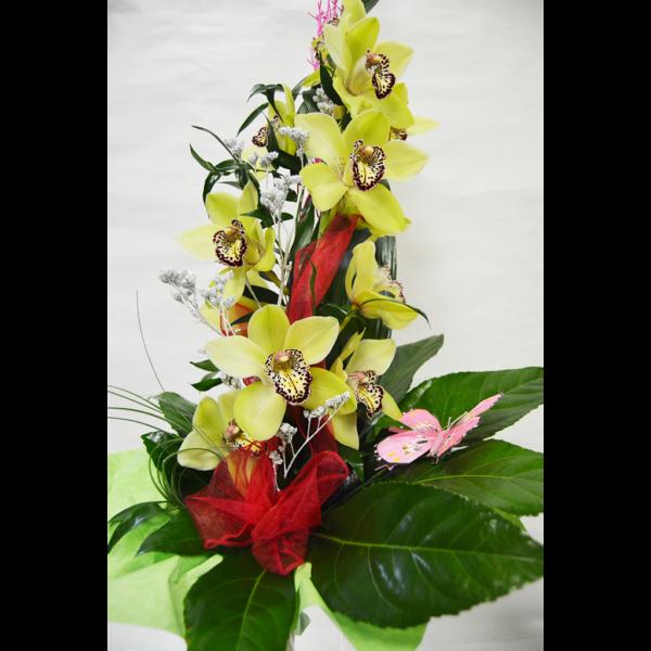Kytica so žltej orchidei s motýľom