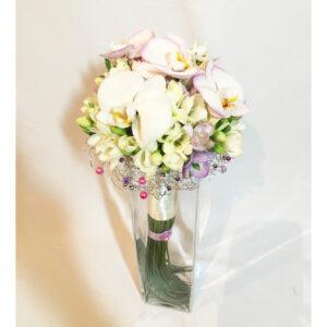 Svadobná kytica z frézií a orchideí