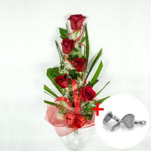Kytica z 5 červených ruží s náušnicami v tvare srdiečok